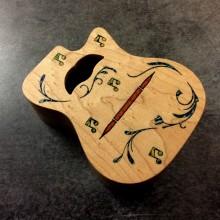Boite en bois forme guitare