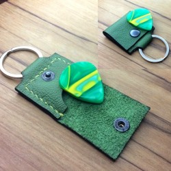1x Pochette cuir vert artisanal avec protection interne.